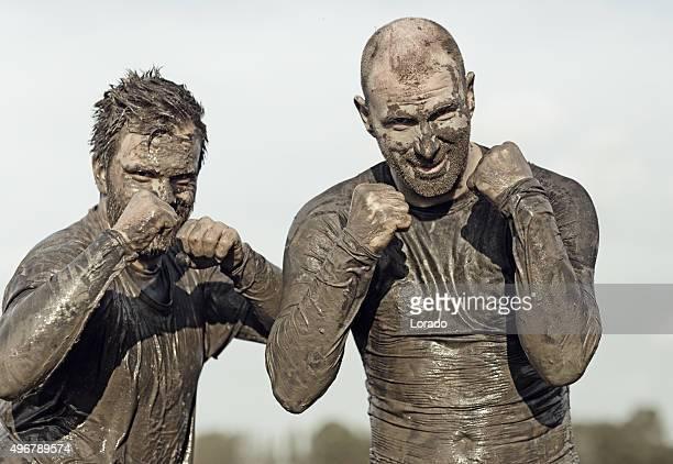 Due ciclisti combattenti ricoperto di fango