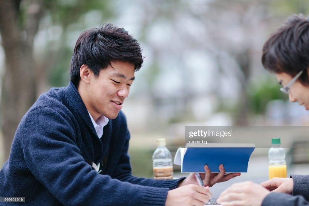 Zwei männliche Studenten auf dem campus : Stock-Foto