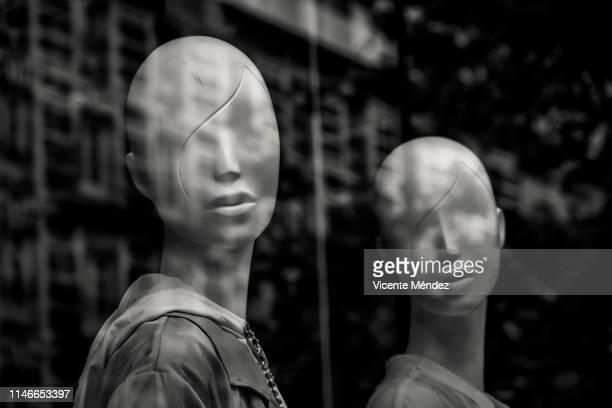 two mannequins of women - マネキン人形 ストックフォトと画像