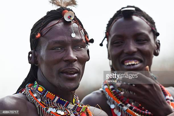 deux homme massaï partager un moment humoristique - guerrier massai photos et images de collection