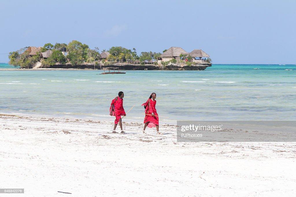 Zwei Masai Krieger zu Fuß am Strand : Stock-Foto