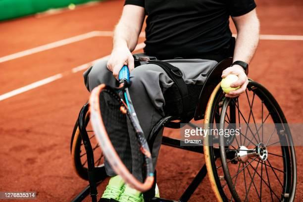 屋外で車椅子テニスをしている2人の成熟した男性 - 車いすテニス ストックフォトと画像