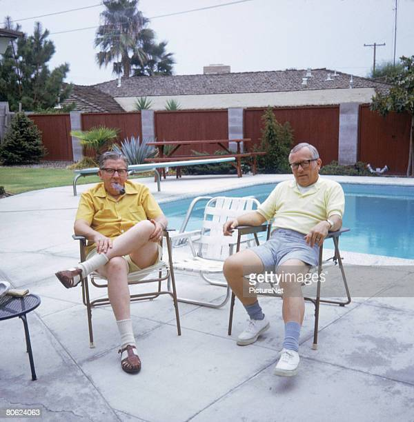 two mature men sitting by pool - cadeira dobrável - fotografias e filmes do acervo