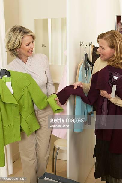 Zwei ältere Frauen, die Jacke in Kleidung shop
