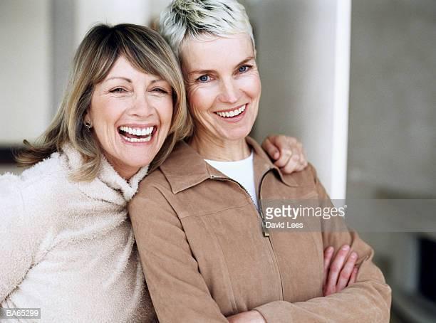 two mature women laughing, portrait, close-up - amizade feminina - fotografias e filmes do acervo