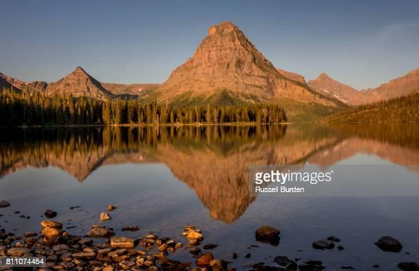 two medicine area of glacier np - lago two medicine montana - fotografias e filmes do acervo