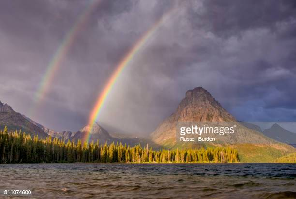 two medicine area of glacier np - two medicine lake montana stock-fotos und bilder