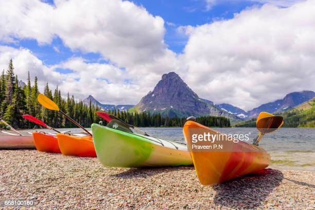 two medicine lake area - two medicine lake montana stock-fotos und bilder