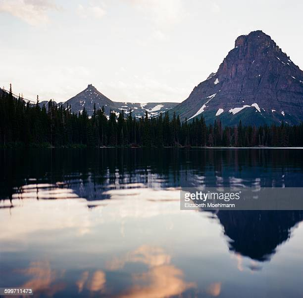 two medicine lake at sunset, glacier national park - lago two medicine montana - fotografias e filmes do acervo
