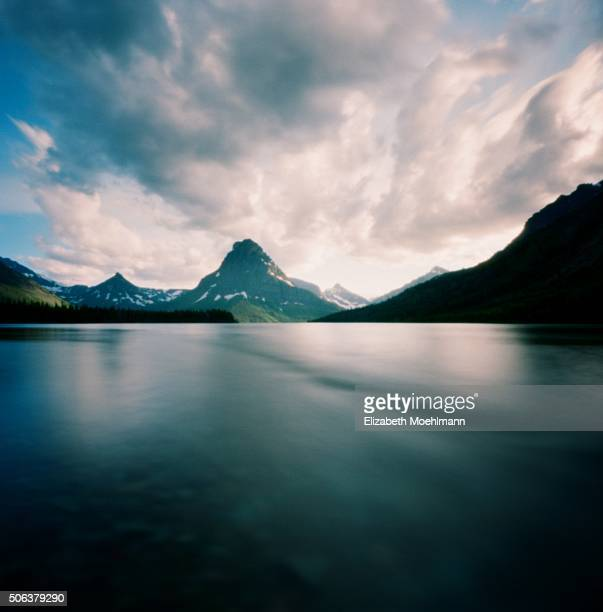 two medicine lake, glacier national park, montana - two medicine lake montana stock-fotos und bilder