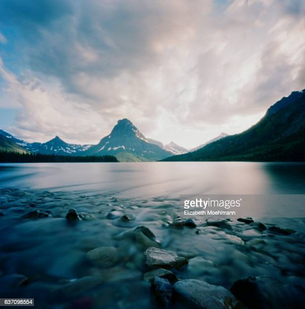 two medicine lake, glacier national park - two medicine lake montana stock-fotos und bilder
