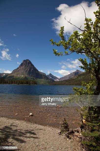 two medicine lake in east glacier - lago two medicine montana - fotografias e filmes do acervo