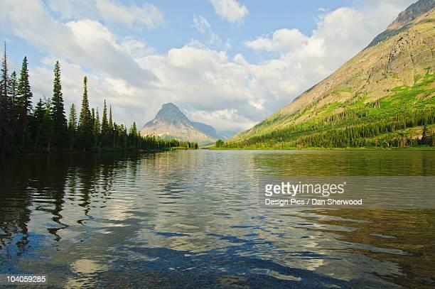 two medicine lake in glacier national park - lago two medicine montana - fotografias e filmes do acervo