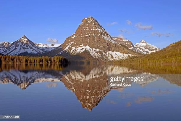 two medicine lake, overlooking sinopah mountain, glacier national park, montana province, usa - lago two medicine montana - fotografias e filmes do acervo