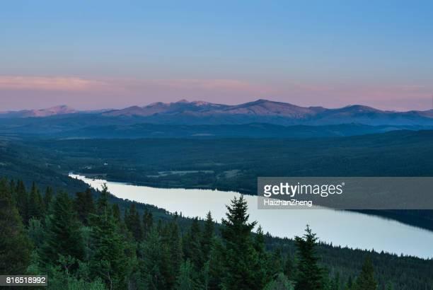 dois remédios lago - lago two medicine montana - fotografias e filmes do acervo