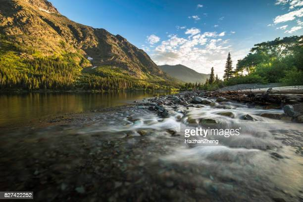 zwei medicine lake sunrise - two medicine lake montana stock-fotos und bilder