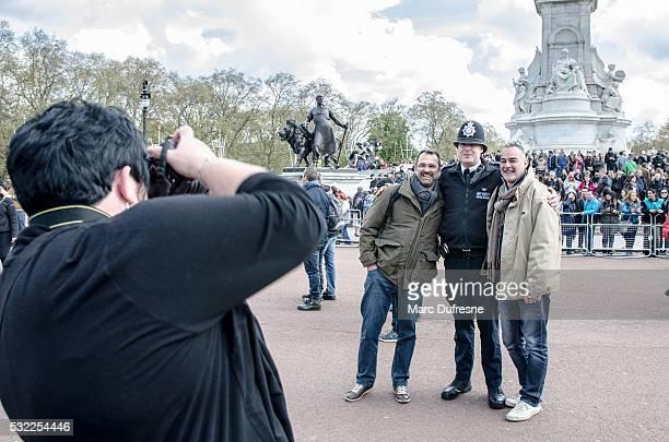 Deux hommes être pris en photo avec policier