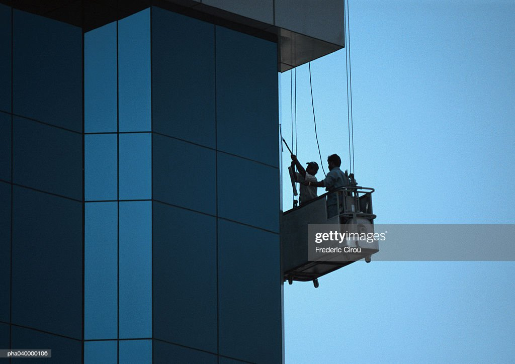 Two men cleaning skyscraper's facade : Stockfoto