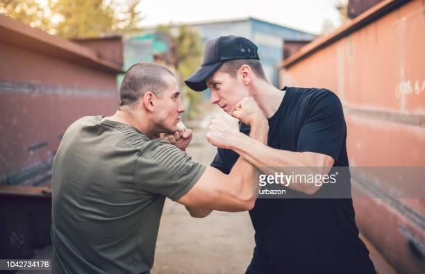 zwei männer demonstrieren martial arts - kämpfen stock-fotos und bilder
