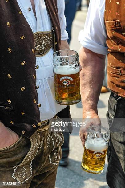 Zwei Männer trinken Bier in München