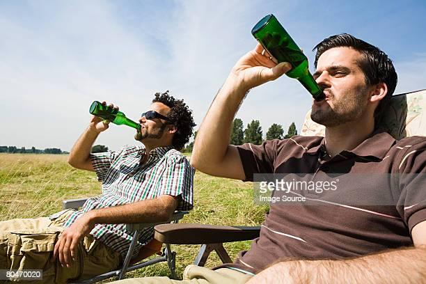 Zwei Männer trinken Bier