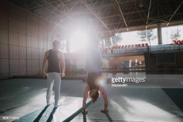 two men exercising in gym - gymnastique au sol photos et images de collection