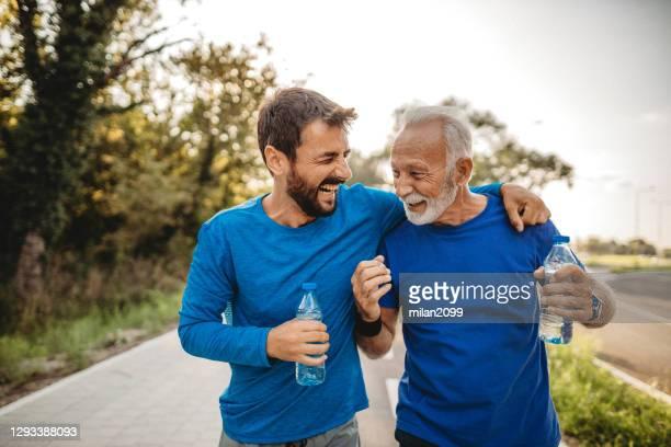 twee mensen die uitoefenen - zoon stockfoto's en -beelden