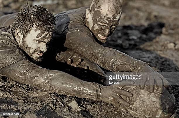 Zwei Männer kämpfen für rugby-ball in Schlamm