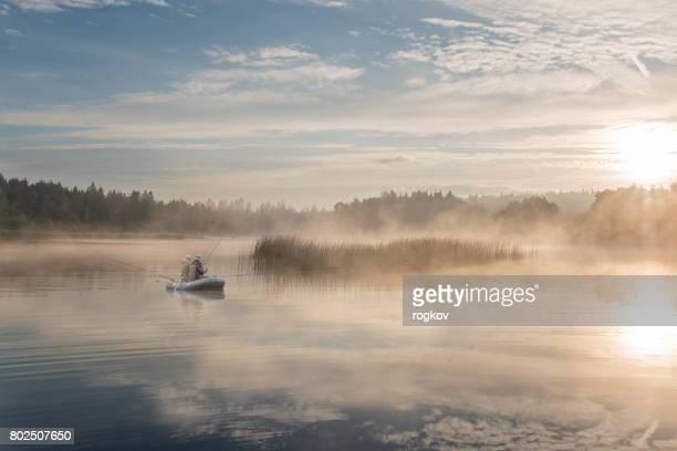 Deux hommes de pêche au lever du soleil