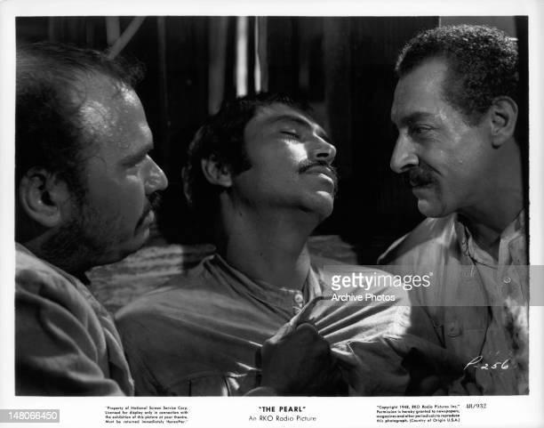 Two men grabbing Pedro Armend‡riz in a scene from the film 'La Perla' 1947