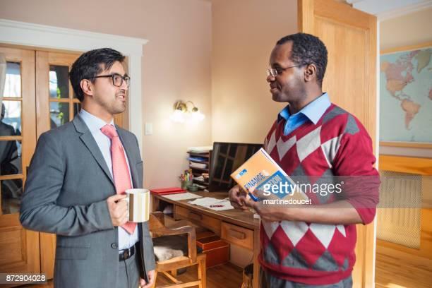 Dos hombres con una reunión de negocios en la oficina en casa.
