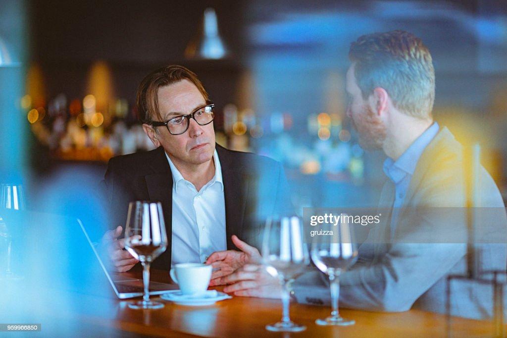 Zwei Männer, ein Gespräch auf eine Kaffeepause in einem Cafe / Restaurant : Stock-Foto