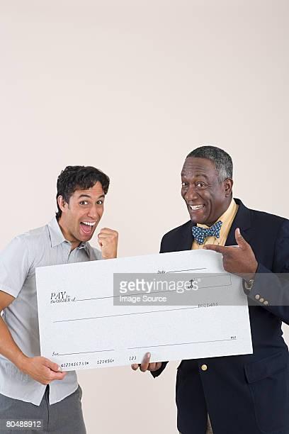Zwei Männer mit einem Scheck