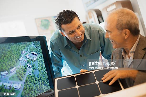 2 人の男性に、建築のオフィスを通過します。動作、緑色