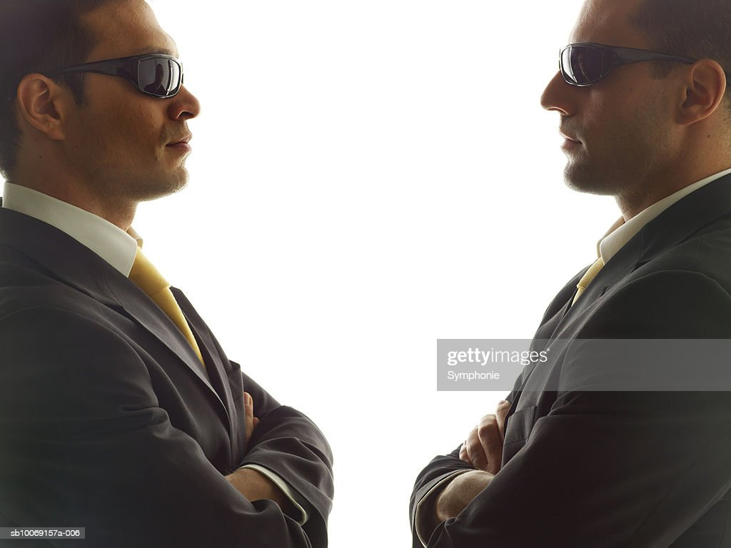 Two men looking at each other, side view, close-up : Stockfoto