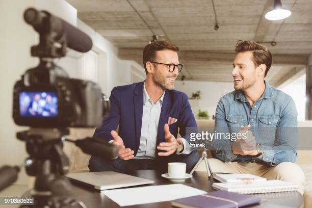 dois homens fazendo um vídeo blog - entrevista evento - fotografias e filmes do acervo