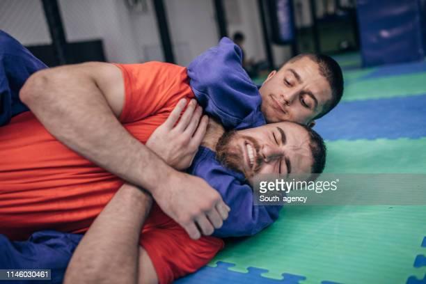 レスリングの訓練で二人の男 - 喉が詰まる ストックフォトと画像