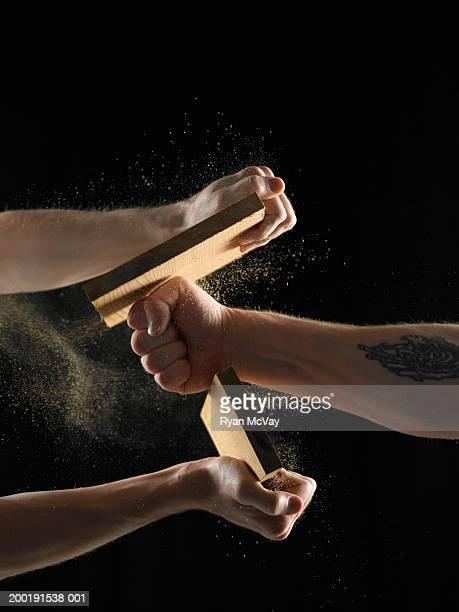 Zwei Männer, ein hält plank, eine rekordverdächtige plank mit Faust, close