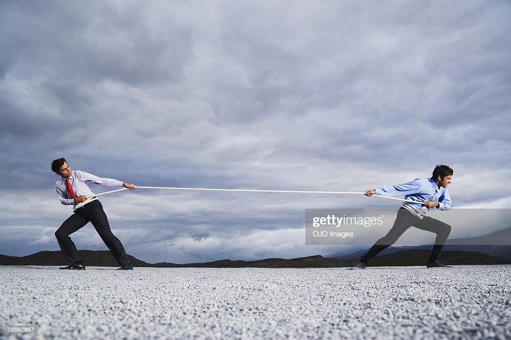 2 人の男性の屋外のタグの戦争 : ストックフォト