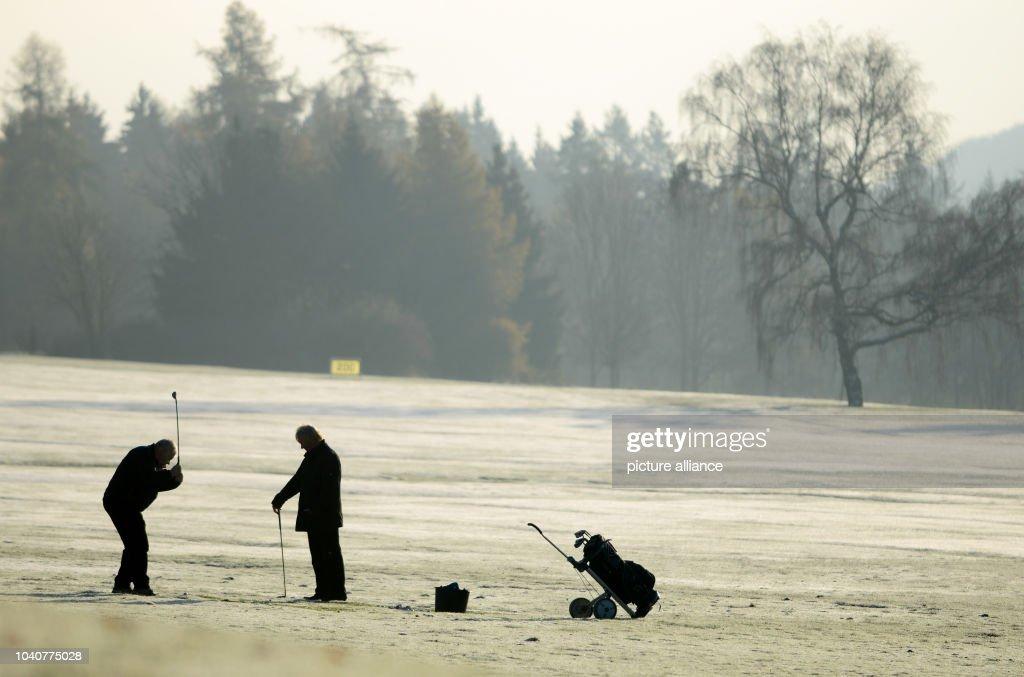Frosty golfing : News Photo