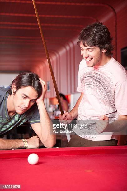 プールで遊ぶ 2 人の男性に、1 つの受賞作品作り