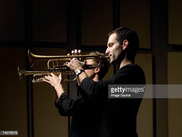2 人の男性が trumpets - トランペット奏者 ストックフォトと画像