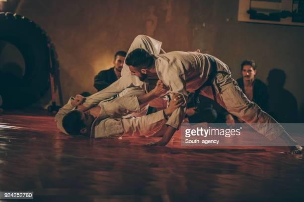 Zwei Männer üben martial arts