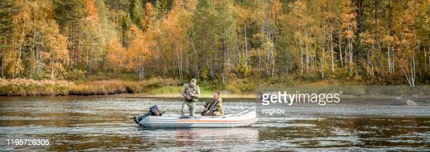 二人の男性がリラックスして釣り - 淡水釣り ストックフォトと画像