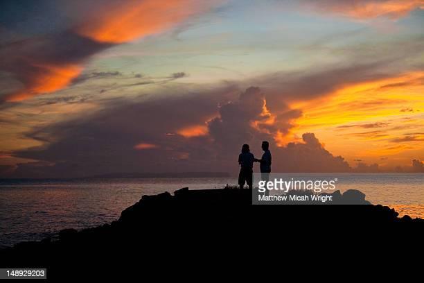 two men silhouetted at sunset near waimea. - only men stockfoto's en -beelden