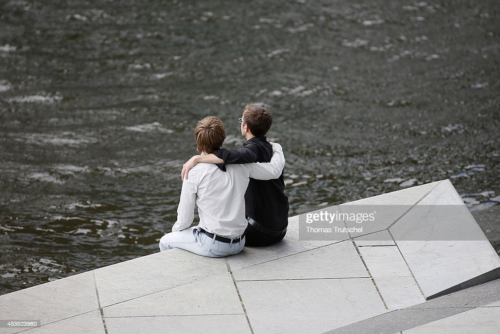 Gay Couple : News Photo