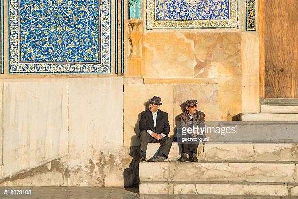 2 つの男性用ラウンジのの前シェイク lotfollah モスク、isfahan - シェイフロトフォラモスク ストックフォトと画像