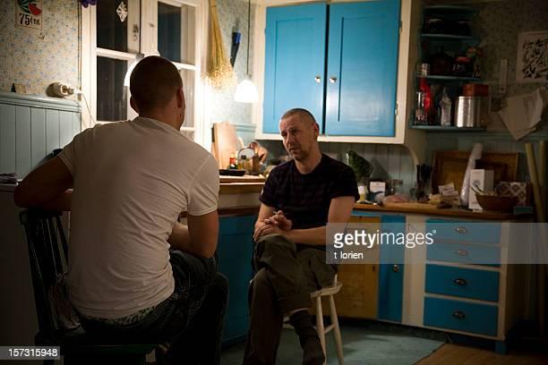 Zwei Männer reden.