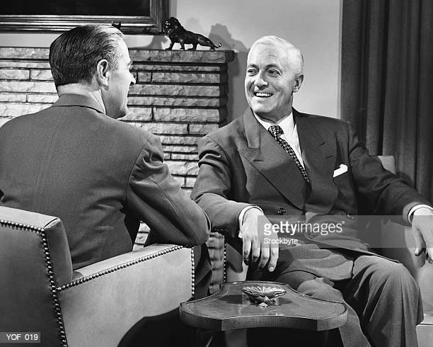 Deux hommes parler