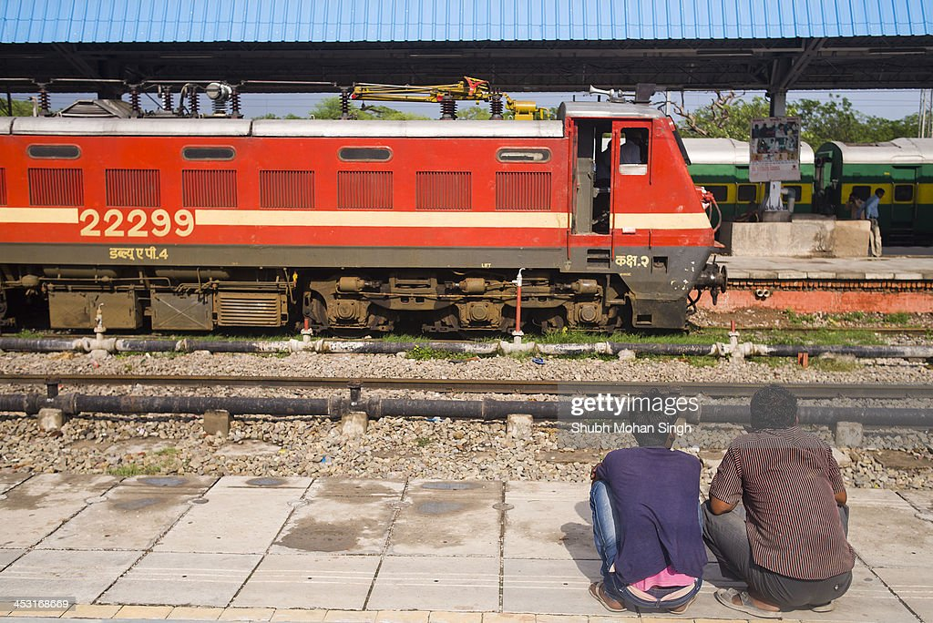 CONTENT] Two men waiting for their train in Chandigarh Railway Station